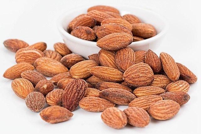 アーモンド・クルミ・ヘーゼルナッツなどを1日30g摂ると健康によい