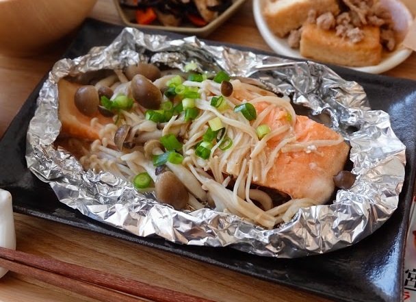 きのこたっぷり♪鮭のホイル焼き【平日の時短ごはんレシピ】