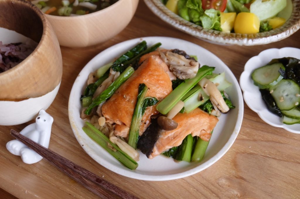 【時短10分】鮭と小松菜のバターしょうゆ炒め【平日の時短ごはんレシピ】