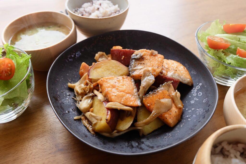 鮭とさつま芋のバター醤油炒め【平日の時短ごはんレシピ】