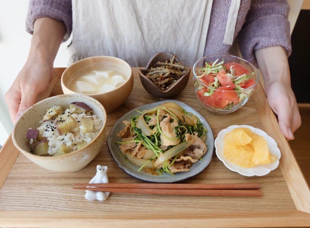 簡単♪豚肉と豆苗のコチュジャン炒め【平日の時短ごはんレシピ】