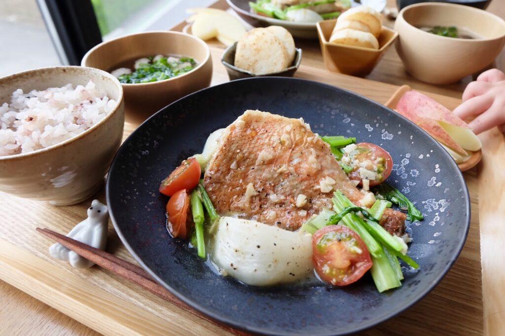 簡単♪赤魚とかぶのガーリック蒸し【平日の時短ごはんレシピ】