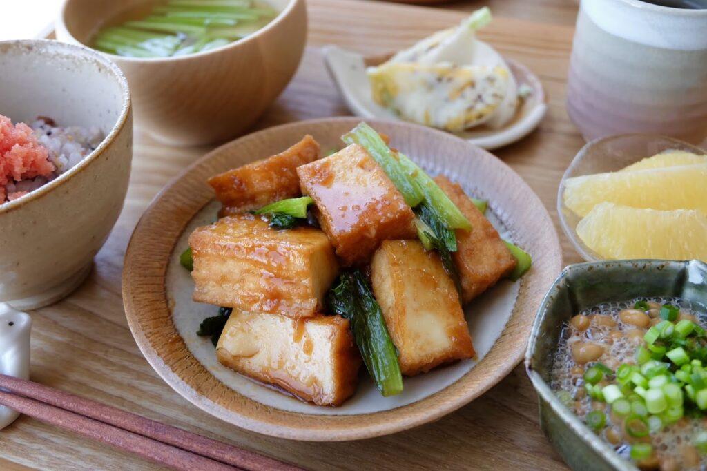 簡単♪厚揚げと小松菜のピリ辛炒め【平日の時短ごはん】