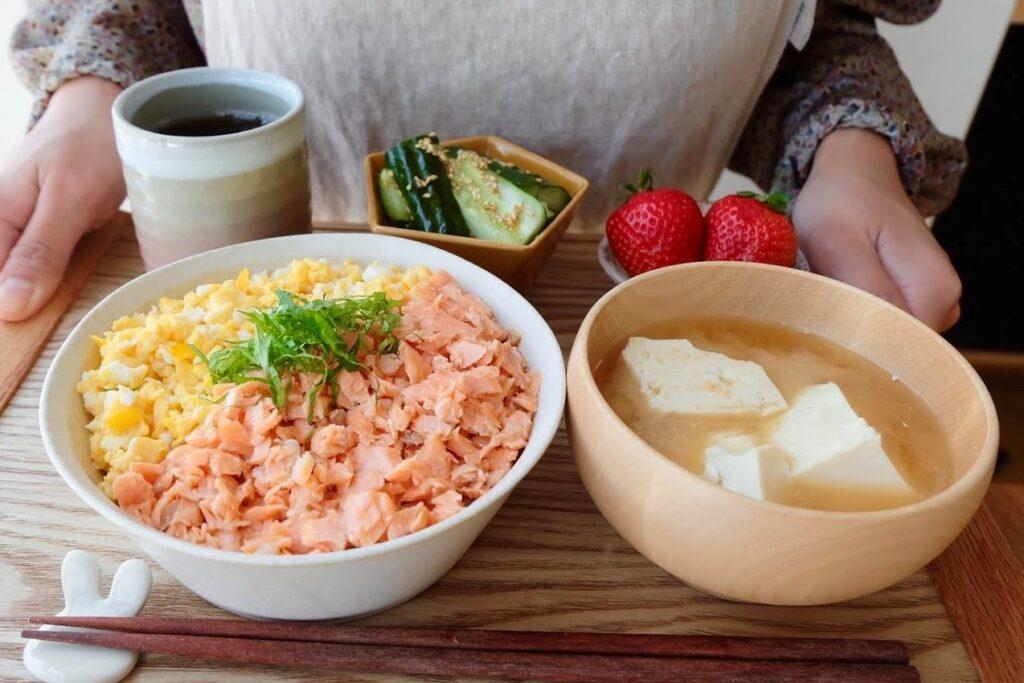 パパッと簡単♪鮭と卵そぼろの2色丼【平日の時短ごはんレシピ】
