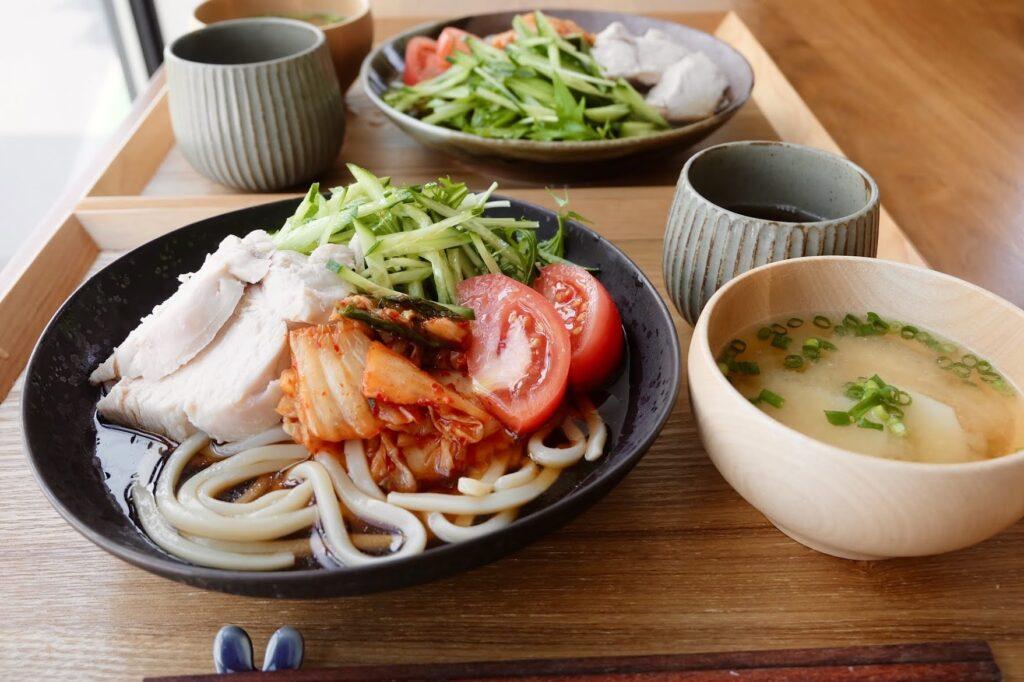 夏野菜と鶏むね肉のパワーサラダうどん【平日の時短ごはん】
