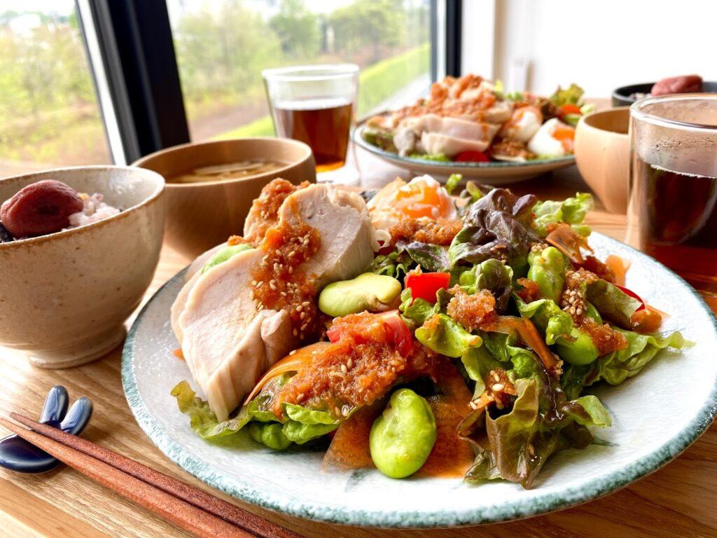 春野菜と鶏むね肉のパワーサラダ【平日の時短ごはんレシピ】