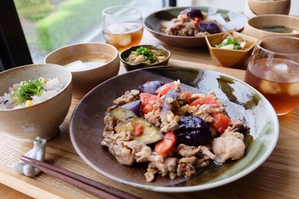 簡単♪豚こま肉と夏野菜のピリ辛炒め【平日の時短ごはん】