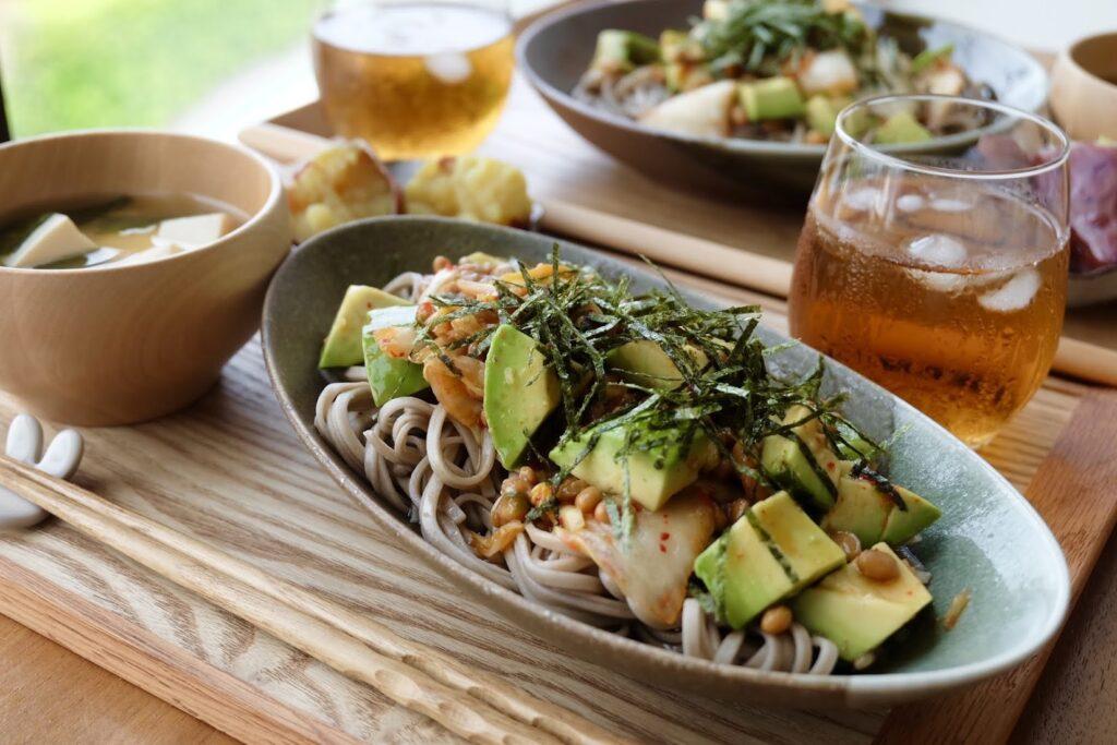 簡単♪キムチアボカド納豆の冷やしそば【平日の時短ごはんレシピ】