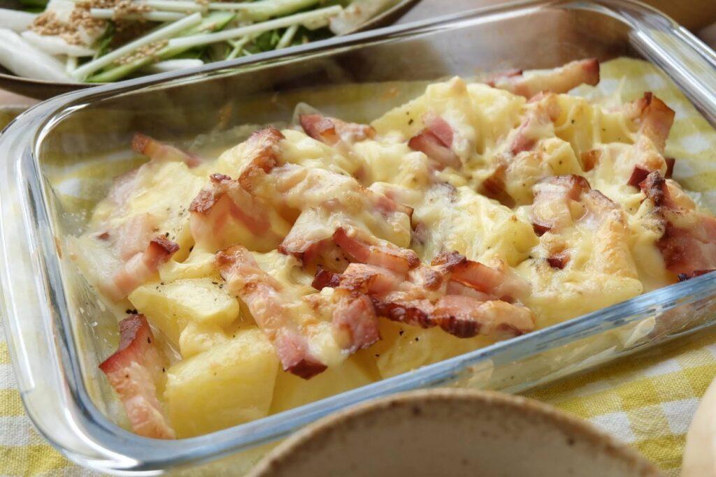 レンジで簡単♪ベーコンとじゃが芋チーズ焼き【平日の時短ごはん】